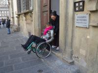entrata inaccessibile al museo del Bigallo