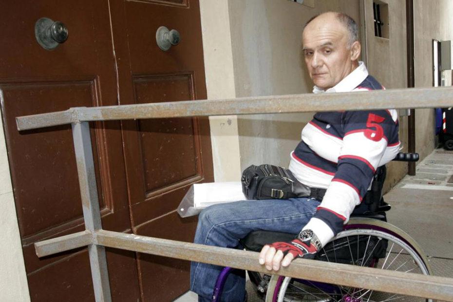 protesta dei disabili in piazza contro le barriere architettoniche