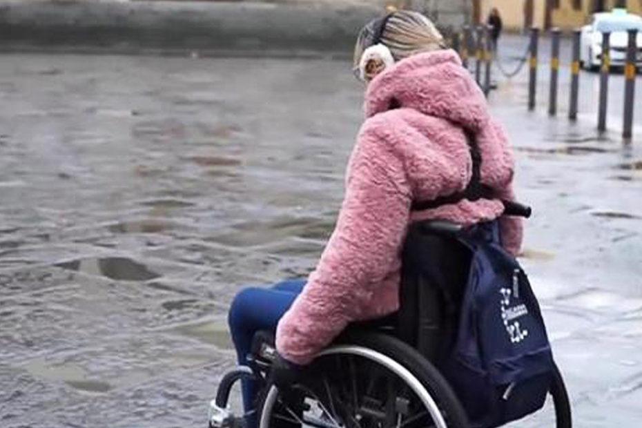 Manuela Cappellini ripercorre il tragitto in carrozzina dove è caduto Niccolò, lo studente disabile di Firenze morto per una buca